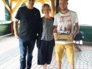 Krzysiu Goryl z urodzinowym prezentem obok Basi Moci i Łowczego Marka Dzierżanowskiego